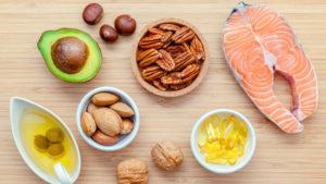 zdravé tuky jsou prospěšné (maso, avokádo, ořechy, rybí olej)