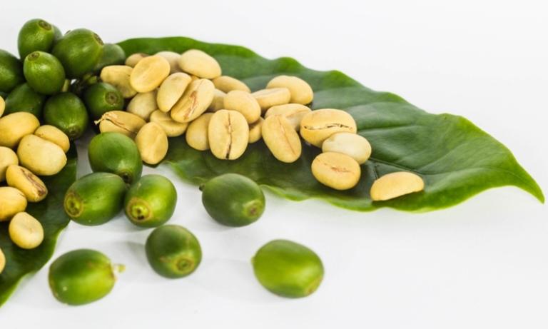 zelená káva rozsypaná na listu