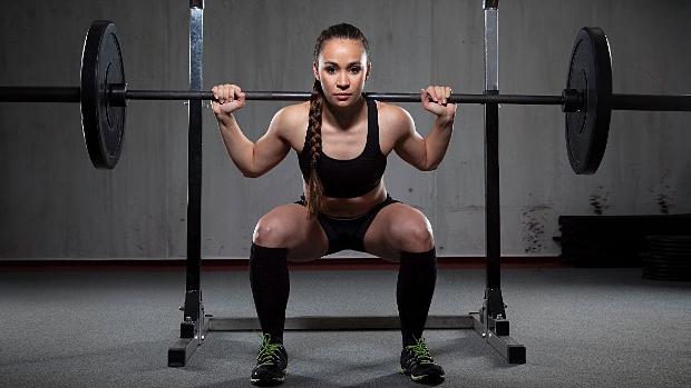 Fitness dívka, co dřepuje
