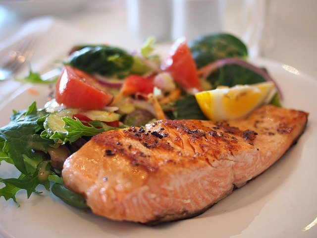 rybí filet se zeleninovým salátem