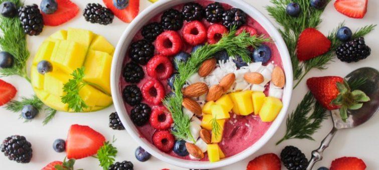 buddhova miska plná ovoce a zdravých potravin