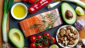 paleo dieta - vzorový jídelníček (avokádo, losos, ořechy, rajčata, paprika, česnek)