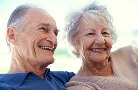 smějící se starší muž a žena s vrásky