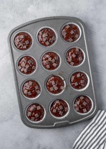 čokládové těsto v muffinovém plechu