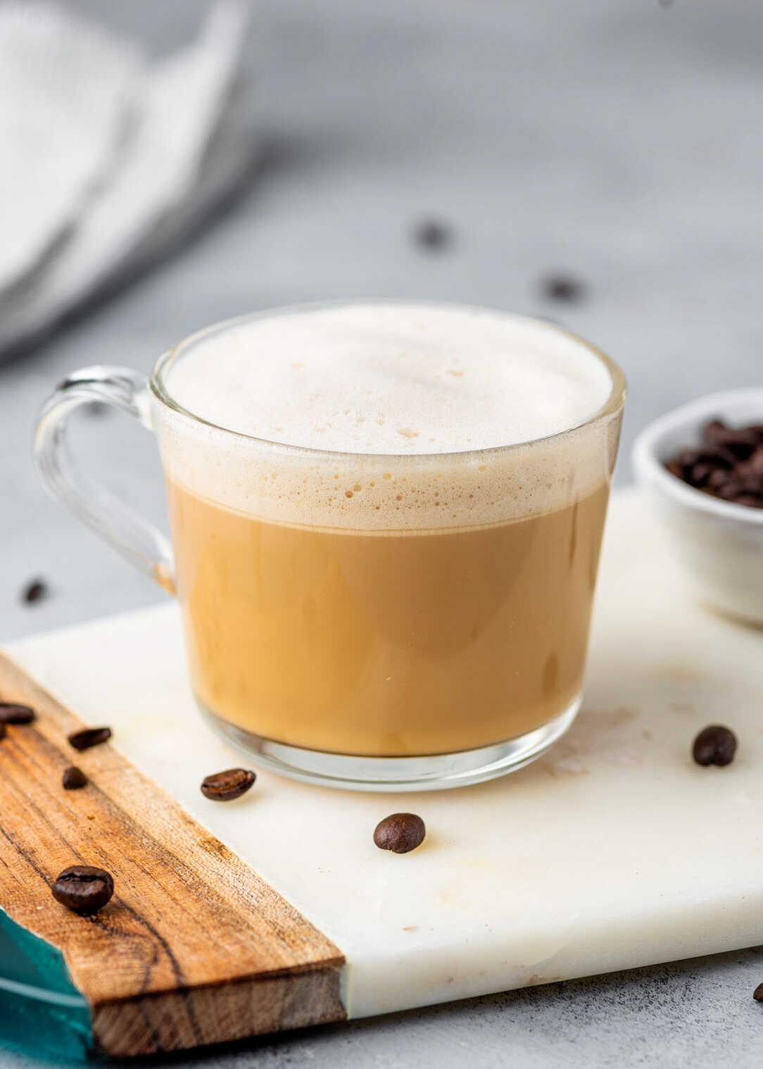 keto káva s kokosovým olejem v šálku