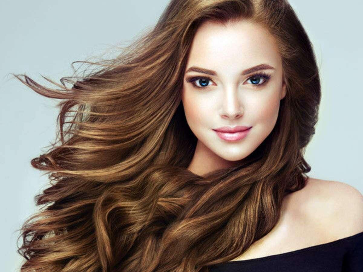 bruneta s pevnými a zdravými vlasy