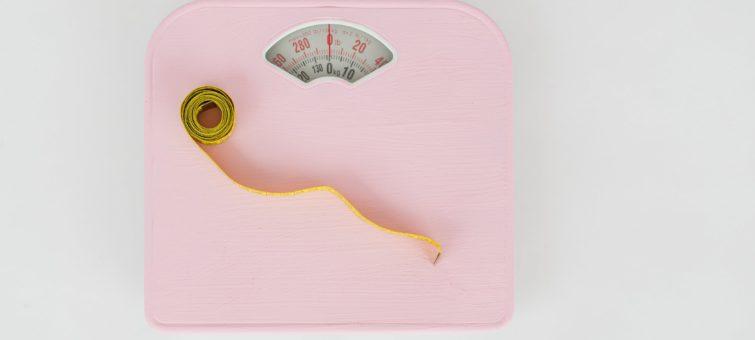 růžová váha s metrem