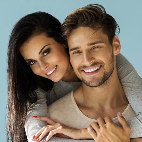 zamilovaný pár s černými a hnědými vlasy